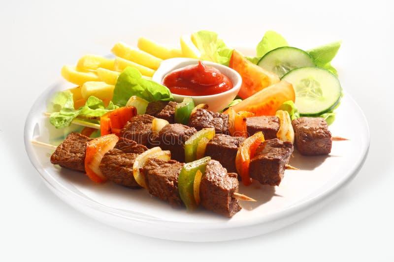 Kebabs говядины и перца с салатом стоковые изображения rf