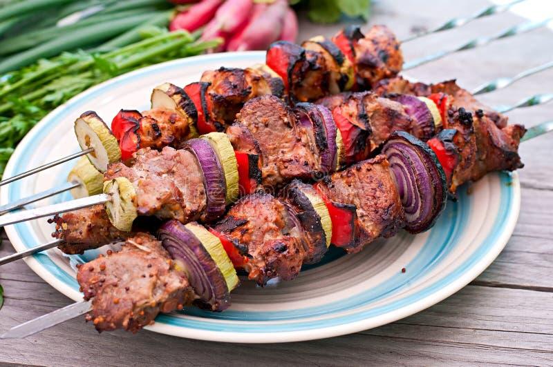 Kebabs и овощи стоковое изображение rf