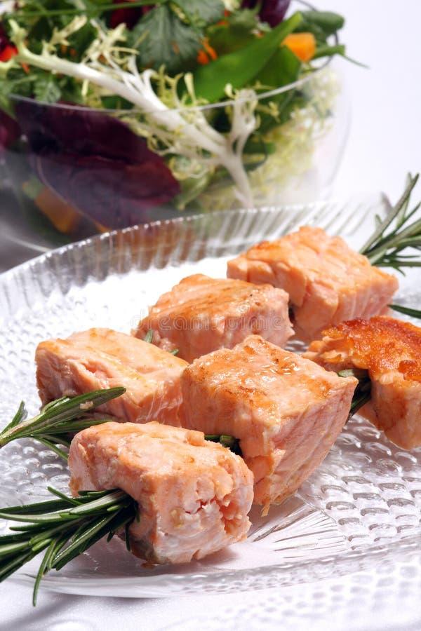Kebabs de color salmón asados a la parilla imágenes de archivo libres de regalías