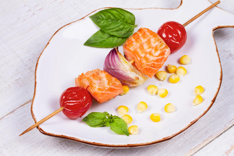 Kebabs de color salmón y vegetales asados a la parrilla fotos de archivo