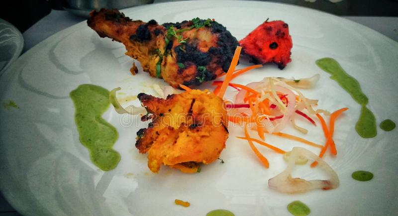 Kebabs deliciosos del pollo en un disco fotos de archivo libres de regalías