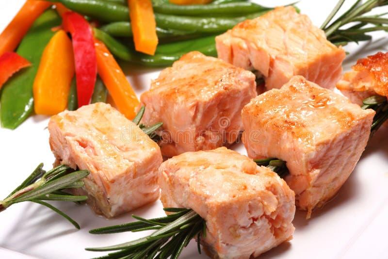Kebabs di color salmone cotti fotografia stock