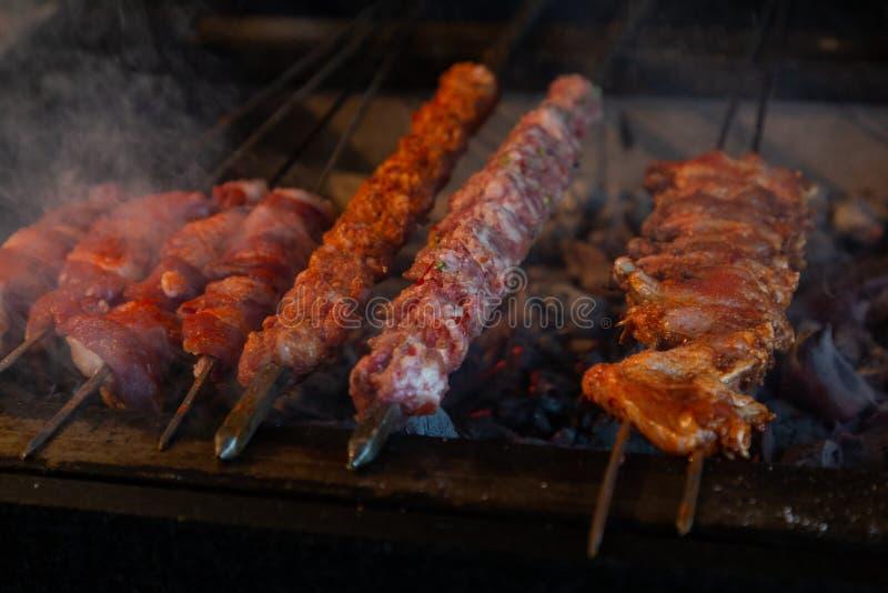 Kebabs, die auf einem Grill kochen lizenzfreies stockfoto
