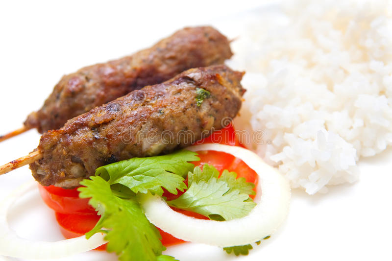 kebabs do seekh do cordeiro seridos com arroz imagem de stock