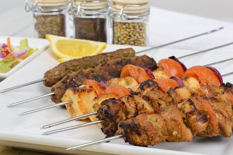 Kebabs mélangé sur des brochettes photos stock