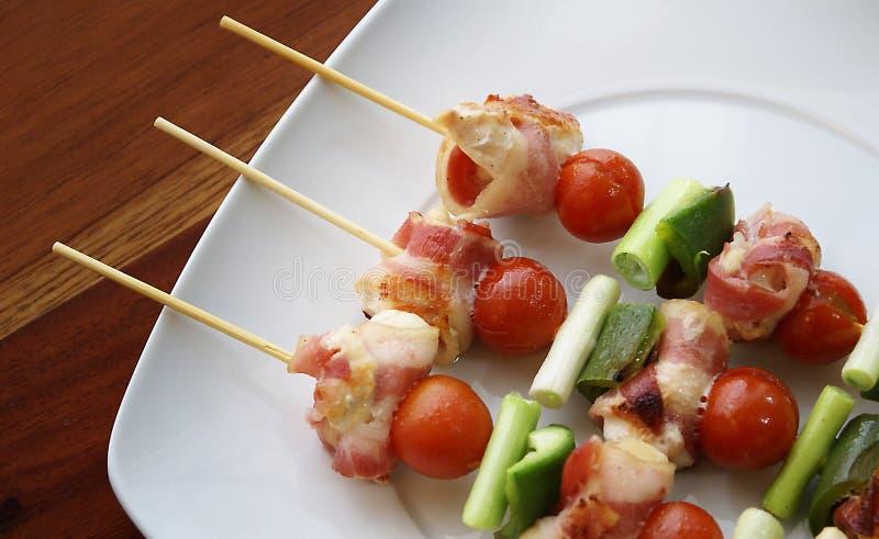 Kebabs sulla zolla bianca fotografie stock libere da diritti