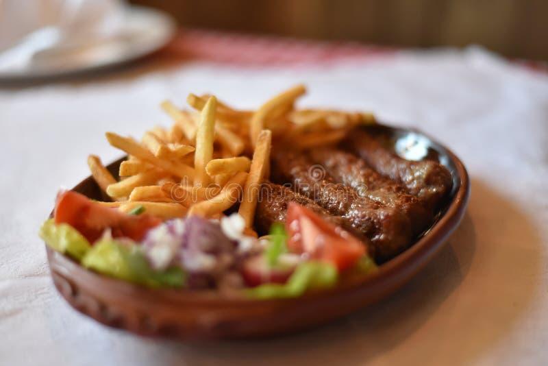 Kebabschotel op Servisch nationaal restaurant wordt gediend dat royalty-vrije stock fotografie