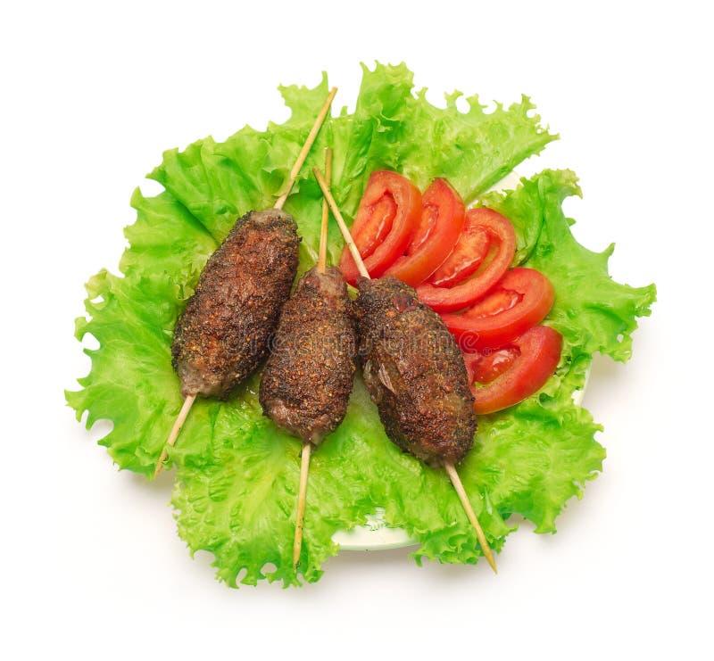 Kebabu, pomidorowej i zielonej sałatka na białym tle, fotografia stock