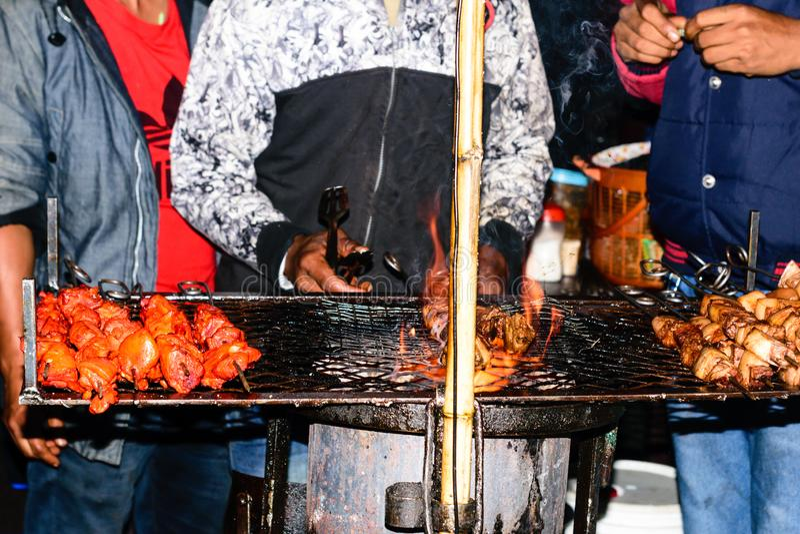 Kebabvoorbereiding bij de barbecuegrill over houtskool Braadstukrundvlees bij BBQ de Grill Gemarineerde die Shashlik oorspronkeli stock fotografie