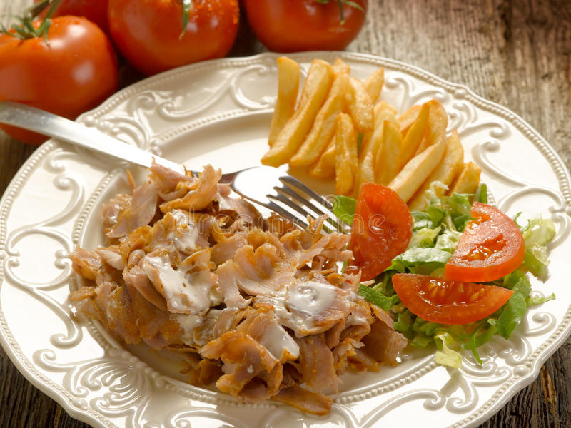 Kebap Avec De La Salade Et Des Pommes De Terre En Fonction Image stock