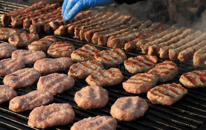 Kebapche är en bulgarisk maträtt av grillad köttfärs med kryddor arkivfoto