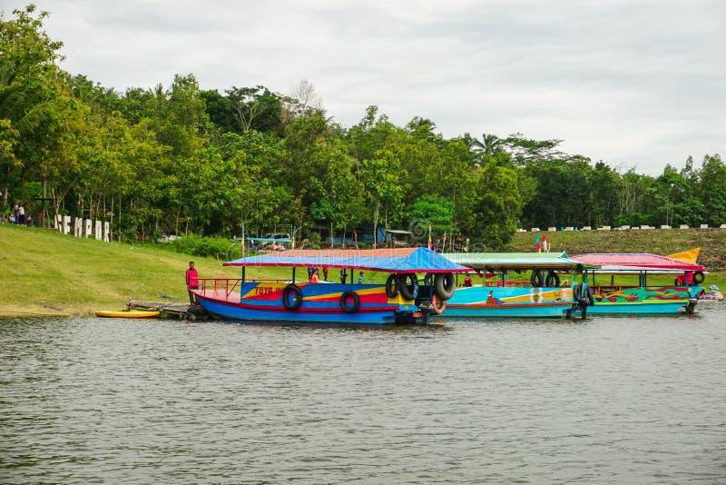 Kebumen, Central Java, Indonesien (nr 12/30/2018) : Boat Tour i Sempor Dam arkivfoto