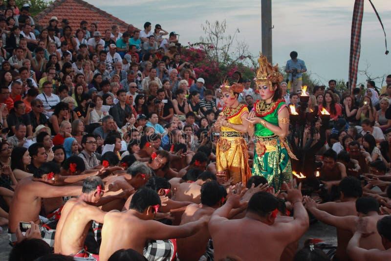 Kecak dans i Uluwatu som hölls ögonen på av hundratals utländska och lokala turister, när det var kommande skymning royaltyfri fotografi