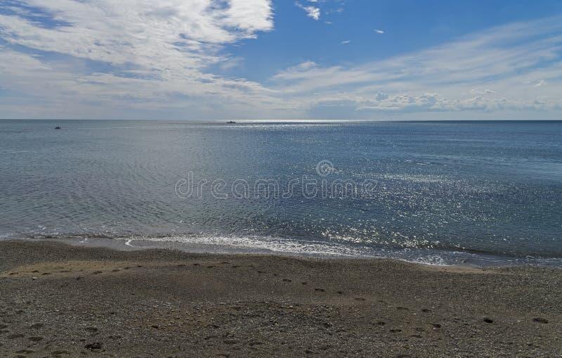 Kedja av fotspår på den tomma stranden Krim September royaltyfria foton