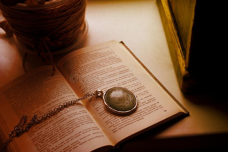 Kedja för ark för papper för förälskelse för spådom för bokmedaljongblomma magisk arkivbild