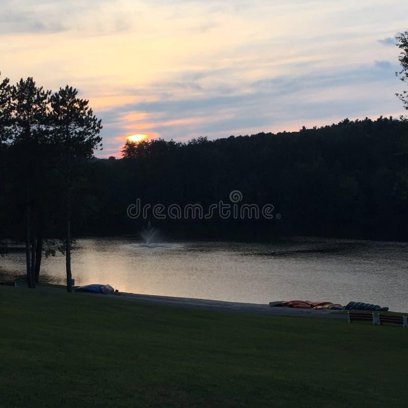 kedjan räknar yttersida USA för solnedgången för skyen för fotografi för horisontalillinois lakelakes ljus o orange arkivbilder