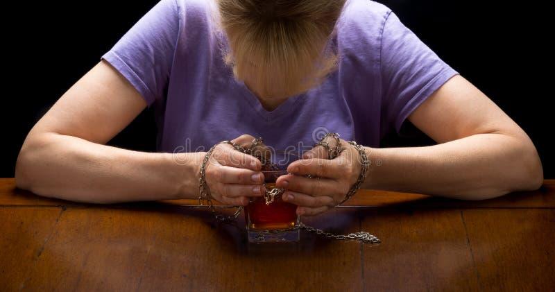 Kedjat fast till alkohol royaltyfria foton