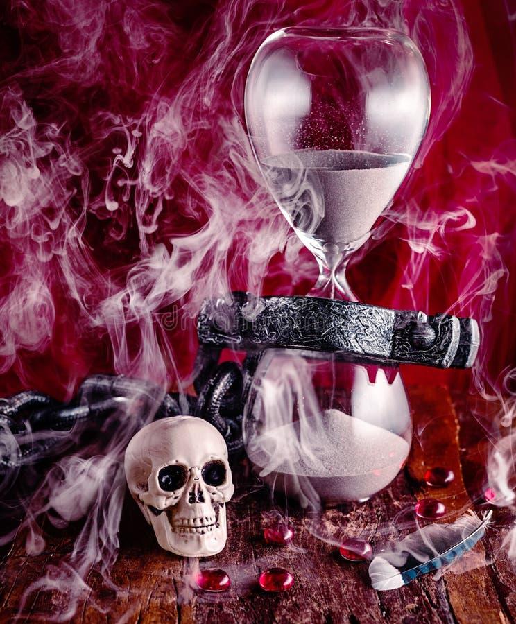 Kedjat fast till tid som är flyktig som rök i vinden royaltyfri bild