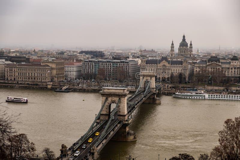 Kedjebro och Danube River, i en regnig dag arkivfoto