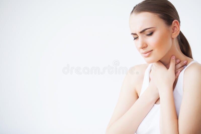 Keelpijn Close-up die van een Zieke Vrouw met Keelpijn Slecht Voelen, aan het Pijnlijke Slikken lijden Mooi meisje royalty-vrije stock afbeelding