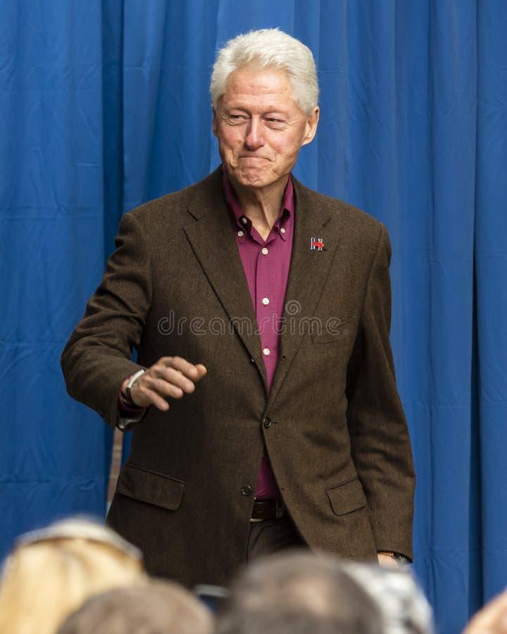 Keene, Нью-Гэмпшир - 17-ое октября 2016: Бывший u S Президент Билл Клинтон говорит именем его жены демократичного президентского  стоковые изображения rf