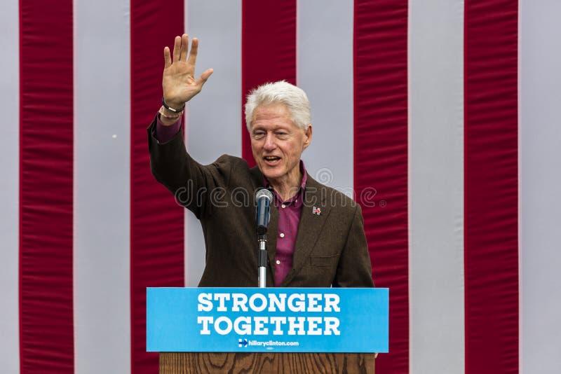 Keene, New Hampshire - 17 de outubro de 2016: U anterior S O presidente Bill Clinton fala em nome de sua esposa n presidencial De fotos de stock royalty free