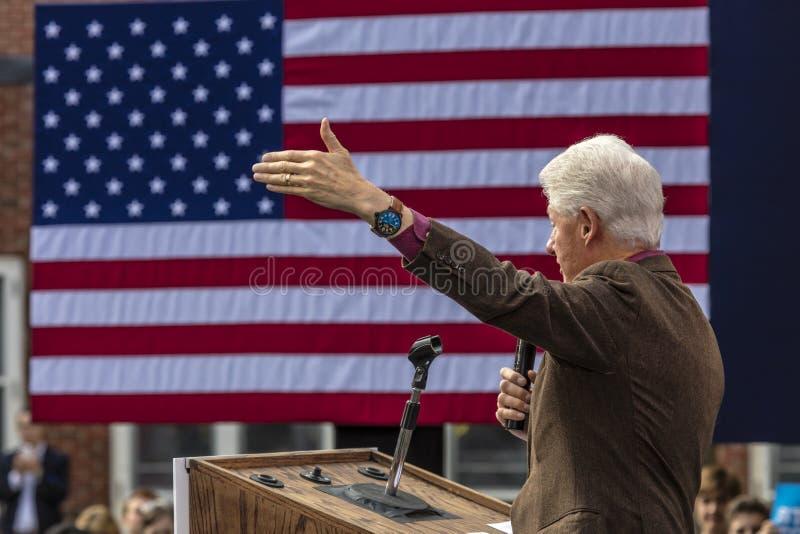 Keene, New Hampshire - 17 de outubro de 2016: U anterior S O presidente Bill Clinton fala em nome de sua esposa n presidencial De fotografia de stock