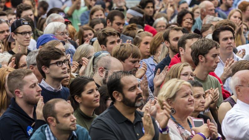 Keene, New Hampshire - OKTOBER 17, 2016: De menigte let op vroeger U S President Bill Clinton spreekt namens zijn Democratische v stock foto