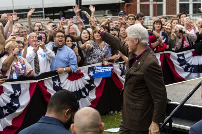 Keene, New Hampshire - 17. Oktober 2016: Ehemaliges U S Präsident Bill Clinton spricht im Namen seiner Frau demokratisches Präsid lizenzfreie stockfotos