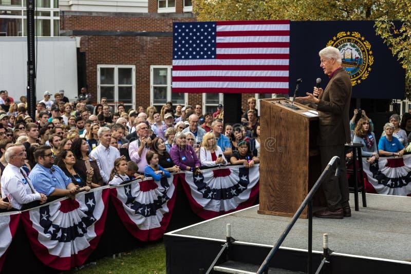 Keene, New Hampshire - 17 ottobre 2016: Precedente U S Presidente Bill Clinton parla a nome della sua moglie n presidenziale demo fotografia stock libera da diritti