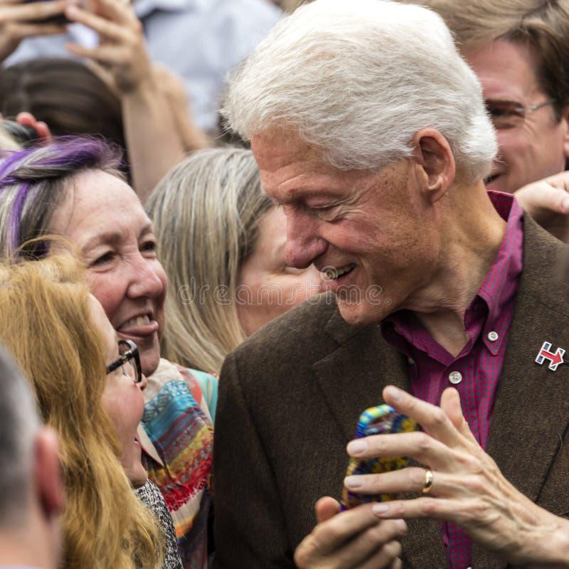 Keene, NH - 17 ottobre 2016: Precedente U S Presidente Bill Clinton fa una campagna a nome del suo candidato presidenziale democr immagini stock libere da diritti