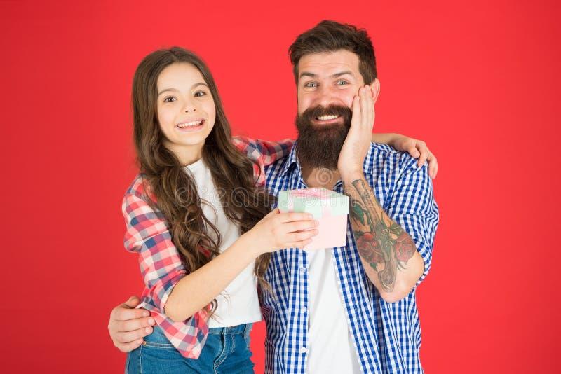 keepsake Legami di famiglia Bambina felice con il padre pap? di amore del piccolo bambino abbraccio della figlia e del padre Gior fotografia stock