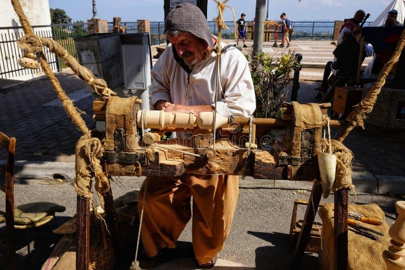 Keerder met pedaal houten draaibank royalty-vrije stock afbeelding