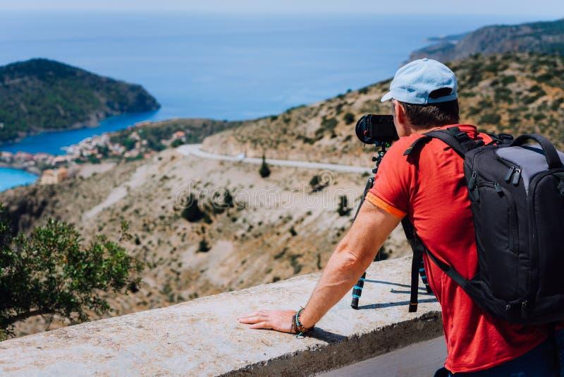 Kefalonia de visita Grécia Europa Fim de semana das férias de verão Fotógrafo autônomo masculino com trouxa que aprecia a fotogra imagem de stock royalty free