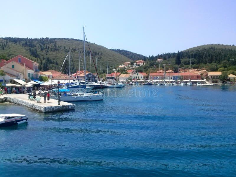 Kefalonia, Grecia - 10 de agosto de 2015: Puerto icónico de pueblo de Fiskardo imagenes de archivo