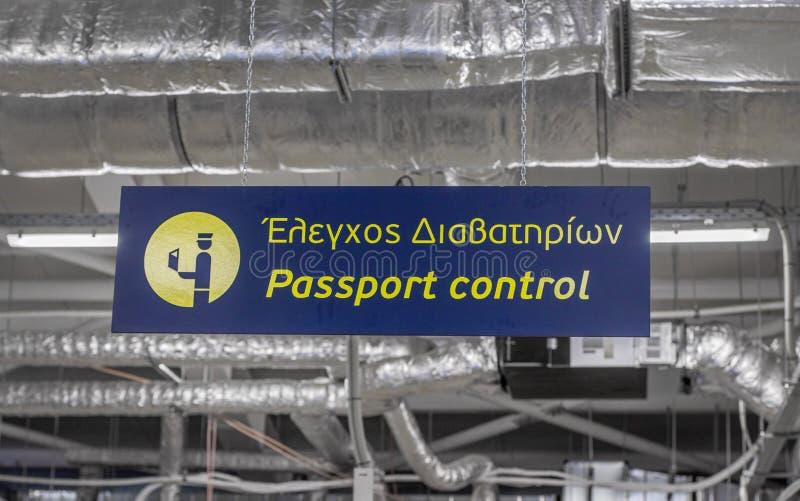 Kefalonia Grekland, 31st Maj 2019 Grekiskt tecken in Kefalonia för passkontroll/Cephalonia internationell flygplats arkivbild