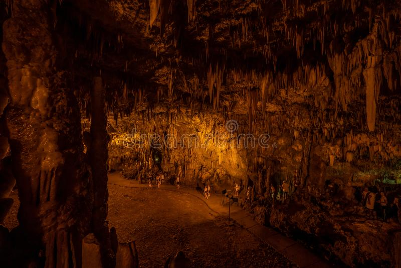 Kefalonia, Griechenland - 22. August 2019: Touristen in der Stalaktite Drogarati Höhle lizenzfreie stockfotos
