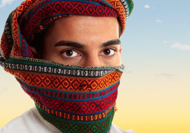 Keffiyeh da portare dell'uomo arabo fotografie stock