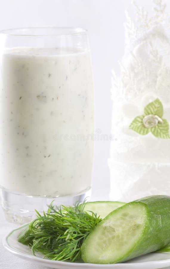 Kefir met komkommer en dille royalty-vrije stock afbeelding