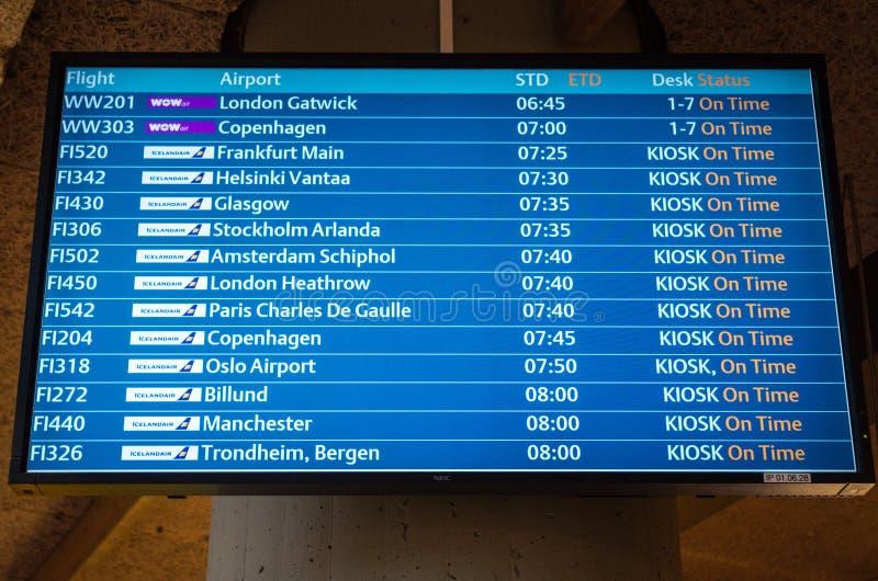 KEFLAVIK ISLAND - mars 15, 2015: Skärm för flygplatsavvikelsebräde på Keflavik den internationella flygplatsen royaltyfria foton