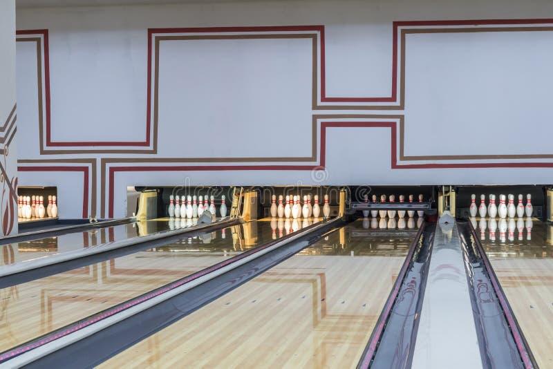 Kegelenclub met glanzende vloer en rode lijnen royalty-vrije stock foto's