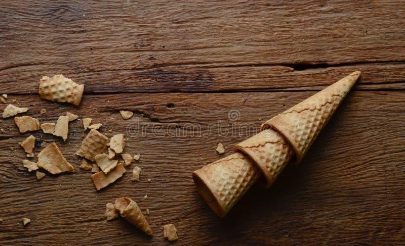Kegelroomijs op hout royalty-vrije stock fotografie