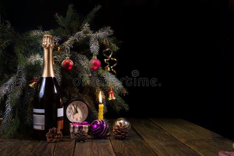 Kegels, pijnboom-naalden, en champagne royalty-vrije stock foto