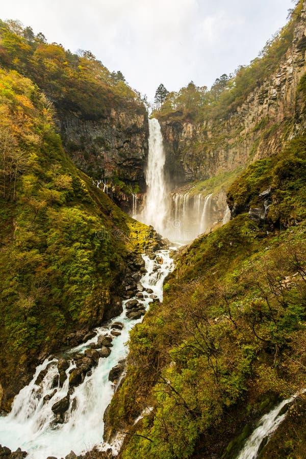 Kegon baja una de las cascadas más altas de Japans en el otoño en el parque nacional de Nikko, Japón fotografía de archivo