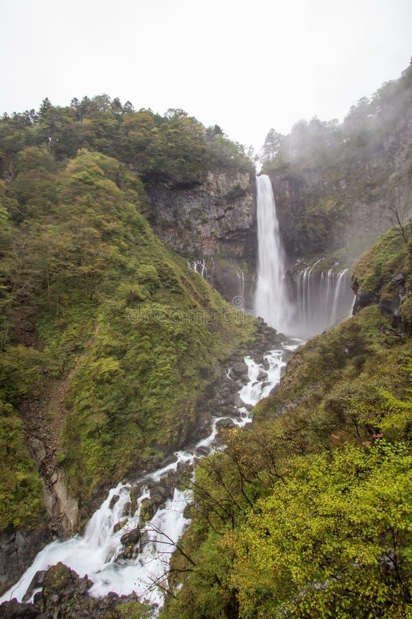 Kegon faller i misten, den Nikko nationalparken nära staden av Nikko, Tochigi Japan arkivfoton