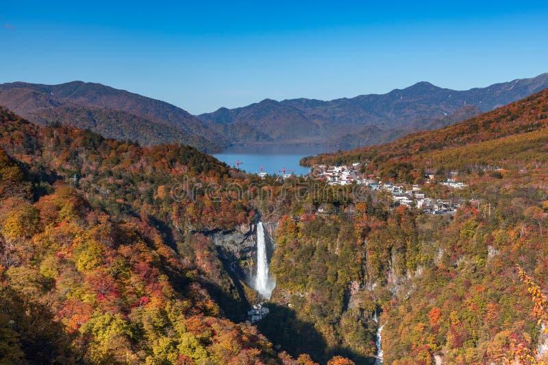 Kegon vattenfall i höstfärger av många träd och sjön som ses från den Akechidaira observatoriet, sjö Chuzenji, Nikko, Japan Favor royaltyfri fotografi