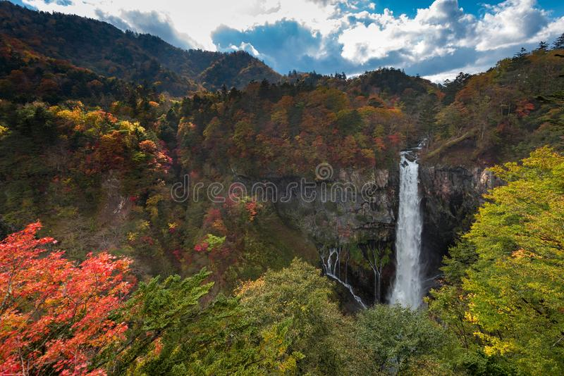 Kegon vattenfall i höstfärger Vattenfallet är en favorit- turist royaltyfria foton