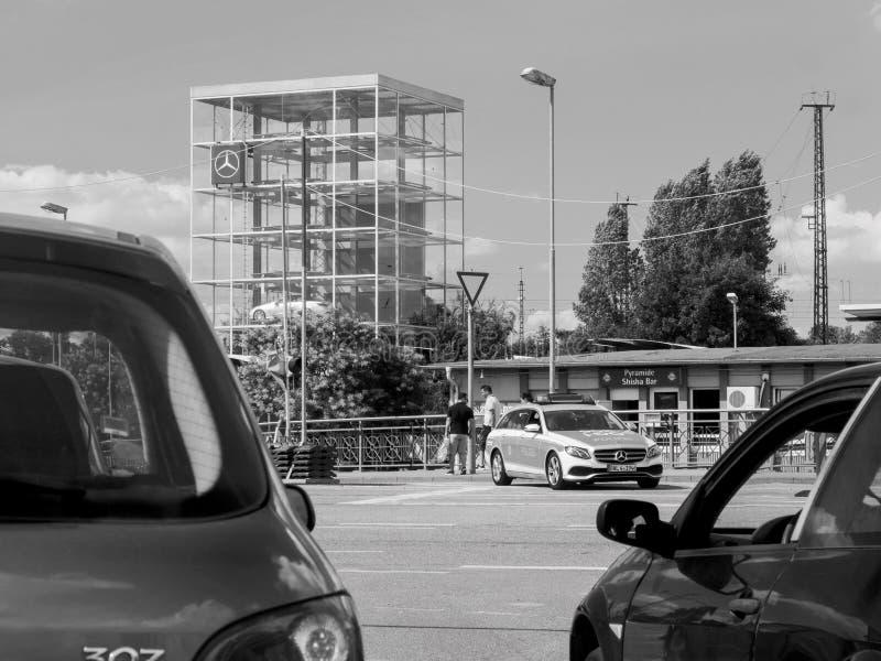 KEHL, DEUTSCHLAND - 14. JULI 2017: Schwarzweiss-Foto der deutschen Polizei im Mercedes-Lastwagenauto lizenzfreie stockfotos