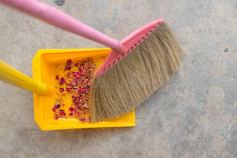 Kehren Sie ausgedehnten Boden in Müllschippe stockfoto