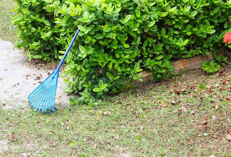 Kehren Sie Plastikblau in einem Garten lizenzfreie stockbilder